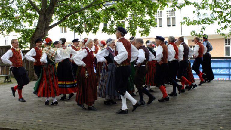 flera folkdansare